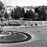 Вид на привокзальну площу та кінцеву трамваїв 1955.jpg