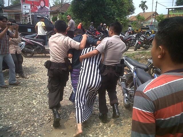 Aceh Timur itu digelandang warga karena tertangkap basah sedang berhubungan intim Lagi VIRAL, Pengakuan Ibu Kandung Yang Tertangkap Mesum Diranjang Dengan Anaknya Hingga 15 Kali: Saya Tidak Tahu Sebabnya, Mungkin Pengaruh Setan...