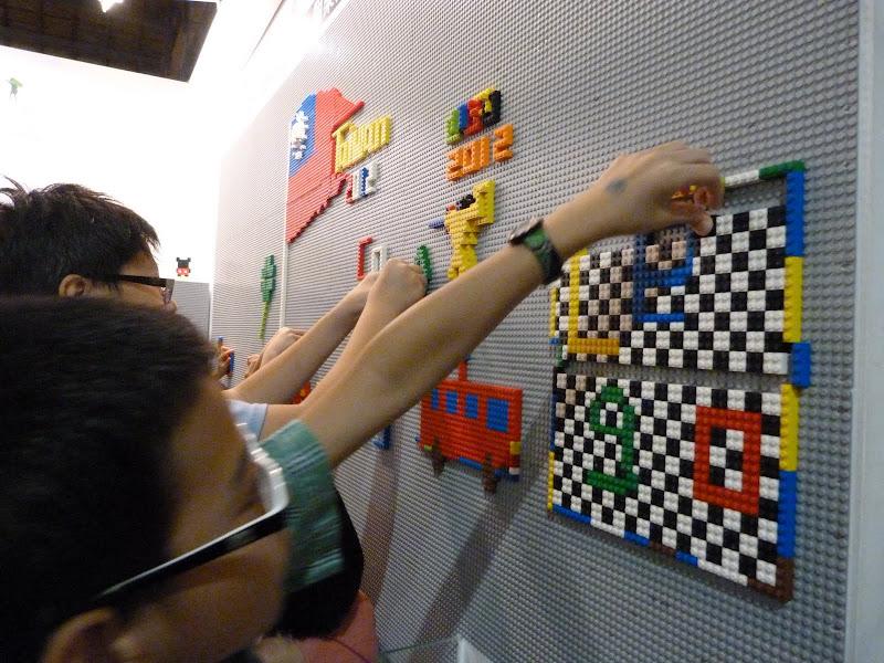 Taipei. Songshan Cultural and Creative Park. Nathan Sawaya. LEGO - P1230063.JPG