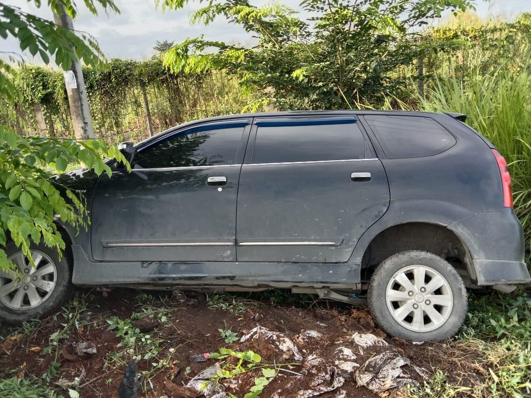 Diduga mengantuk, Mobil Toyota Avanza Masuk Parit di Desa Fortuna