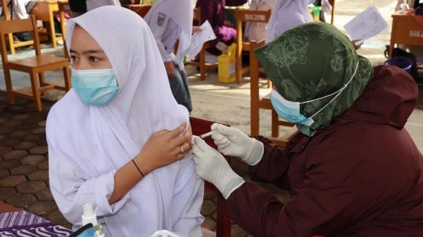 Sumbar Vaksinasi 1000 Pelajar Antisipasi COVID-19
