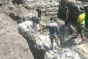Bangun Penampungan Air, Anggota Satgas Yonarmed 6/3 Kostrad Bergotong Royong dengan Masyarakat Desa Haumeniana