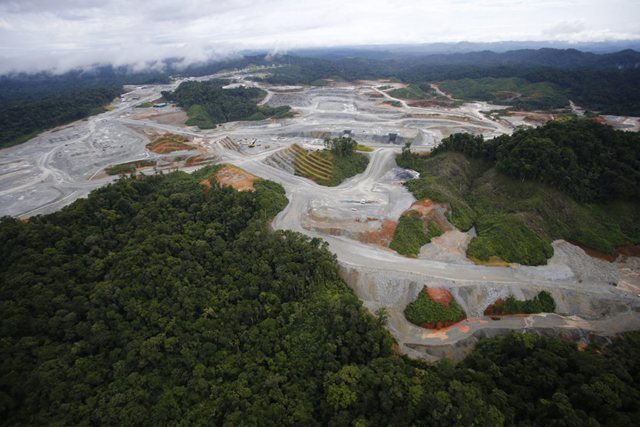 Aerial view of deforestation in Panama's portion of the Mesoamerican Biological Corridor, due to the construction of copper mines and access roads. Photo: CIAM