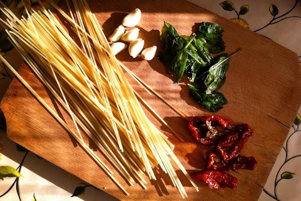 Razvan Anton spaghetti spaghete usturoi rosii uscate in ulei busuioc proaspat usturoi