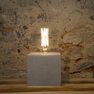 lampe à poser en béton ciré gris clair design par la créatrice junny objet déco en béton fait-main et made in france