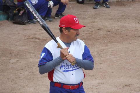 Rogelio Cárdenas de Hipertensos en el softbol dominical de Bellavista