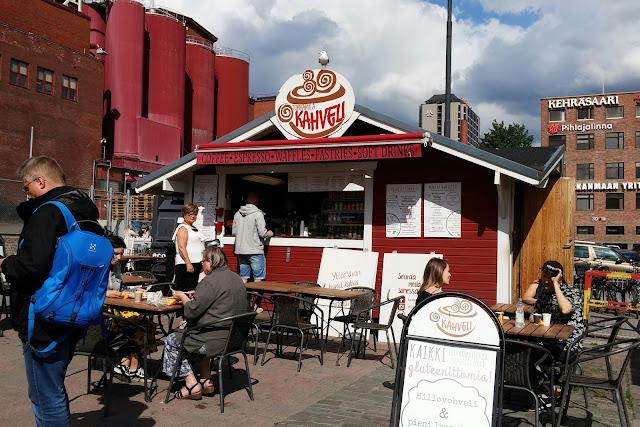 Pieni punainen torikahvila Kahveli, joka tarjoaa gluteenittomia vohveleita, Tampereen Laukontorilla