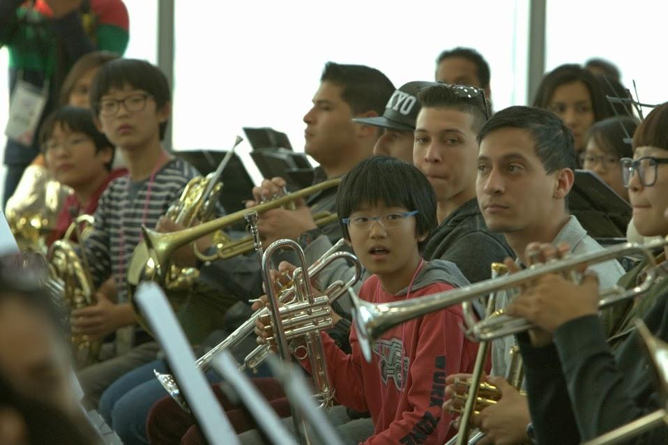 Coreanos y venezolanos comparten durante el primer ensayo, previo al concierto que ofrecerán este viernes 18 de octubre