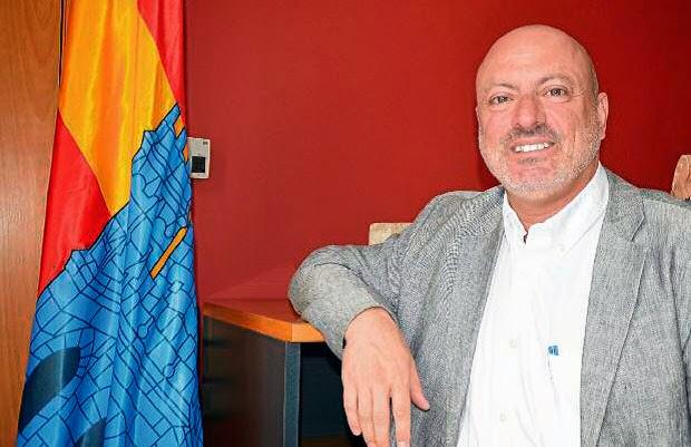 Xavi Sanllehí al costat de la bandera de Catelló d'Empúries