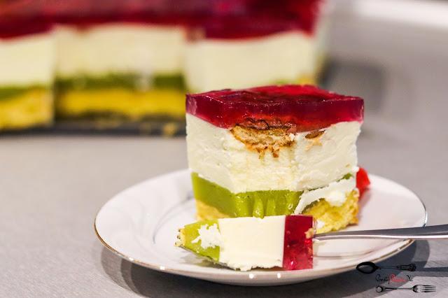 ciasta i desery, ciasto z masą budyniową,ciasto z bitą śmietaną,ciasto z galaretką, efektowne ciasto, ciasto z delicjami, masa budyniowa na soku owocowym, pyszne ciasto z kremem,
