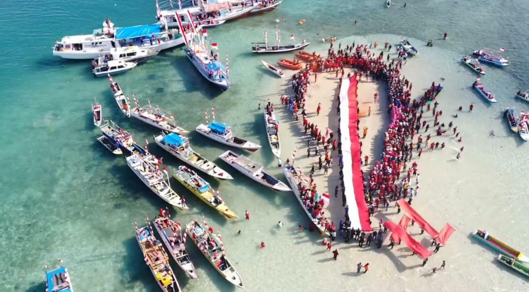 Bersama KMPT, Dinas Pariwisata Bone Catatkan Rekor Pembentangan Bendera Terpanjang