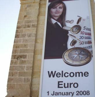 Welcome Euro: Begrüßungs-Plakat zur Euro-Einführung 2008 im Hafen von Valletta, Malta