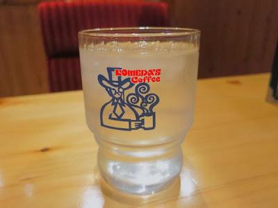 コメダ珈琲のロゴの入ったお冷のグラス