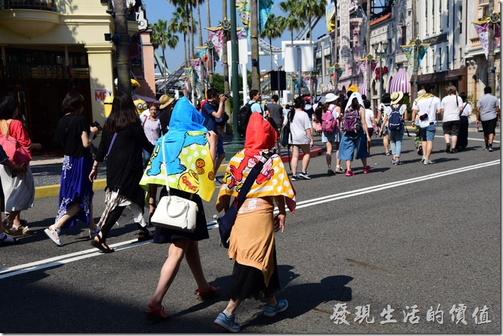 日本大阪-環球影城。這個頭套披肩不錯,在夏天可以防曬還可以擦汗。