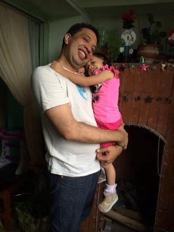PApa cargando a Sophia muy tiernamente