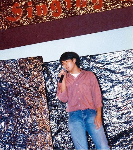 蕭正楠讀 T.I.時開始參加歌唱比賽,並且兼職做 model