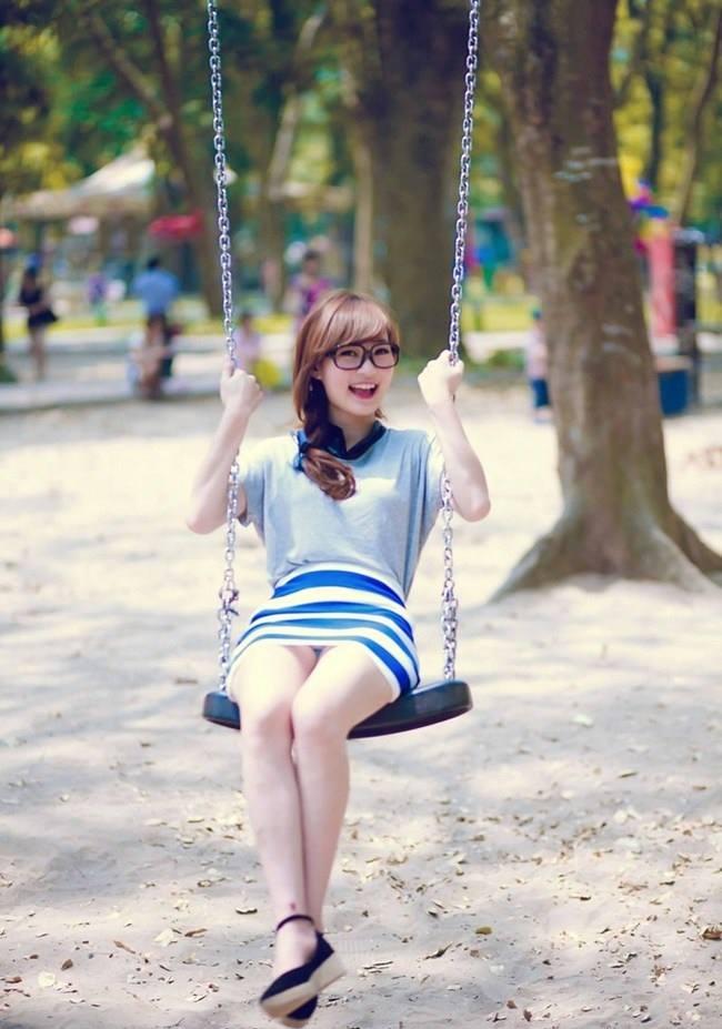 Chơi xích đu ở công viên