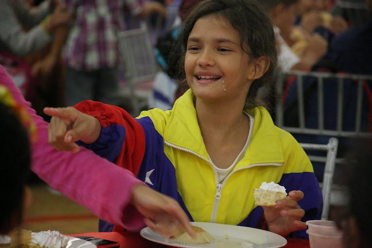 Un poco de crema pastelera en el rostro de esta pequeña divierte a sus compañeros durante el refrigerio. Sus gestos y la algarabía de todos nos recuerdan la frescura de la niñez.