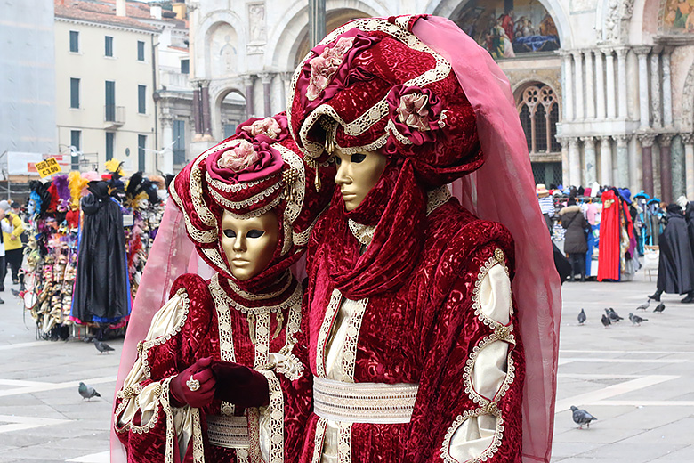 Couple costumé sur la place Saint Marc à Venise.