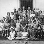 055-Zvoda Mária tanítványai között 1939-ben.jpg