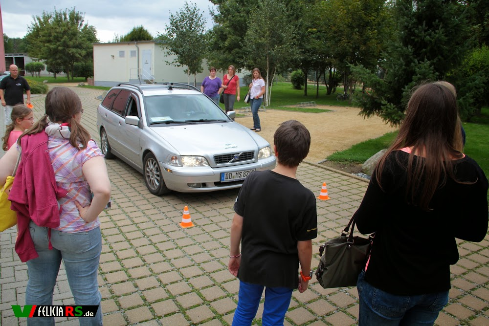 Die Teilnehmer mussten nach dem Aufstellen der Hütchen ihr Auto hindurchfahren...