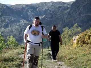 Participantes saliendo de la zona con el cañón del río Tera al fondo