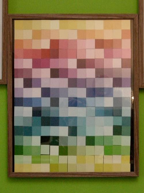 mostruário de tintas transformado em quadro colorido