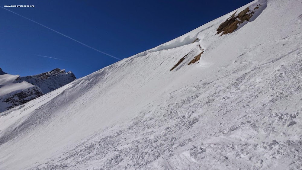 Avalanche Mont Blanc, secteur Courmayeur, Départ du téléphérique d'Arp pour rejoindre le vallon descendant à Dolonne en passant par le col d'Arp. - Photo 1