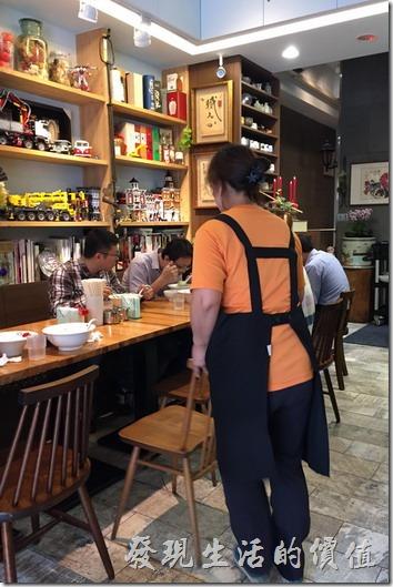 六丁目拉麵的內部景象,整體佈置還算精巧,廚房上有許多有趣但點不到的菜單,櫃子上則有很多建築與車子的模型。