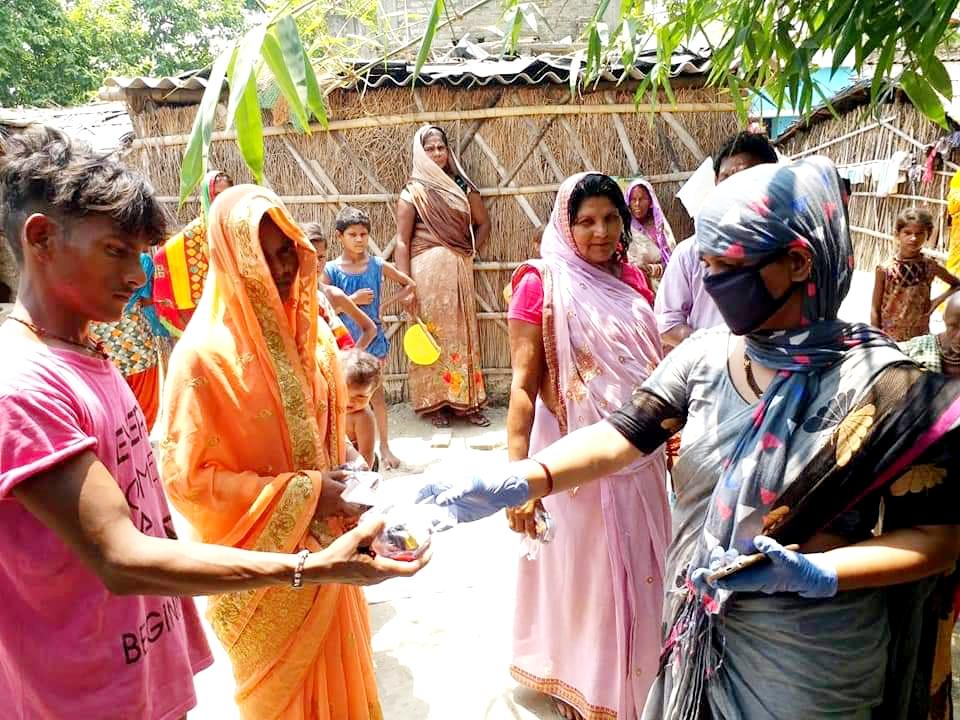 मोहनपुर मुखिया खुशबू यादव के द्वारा अपने पंचायत में कोरोना से बचाव के लिए हैंड सेनिटीज कर 760 लोगो को साबुन मास्क,बिस्कुट टॉफी बाटी।