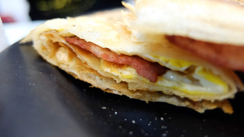 培根蛋餅,由於餅皮脆皮,感覺壓縮起來小份一點..XD