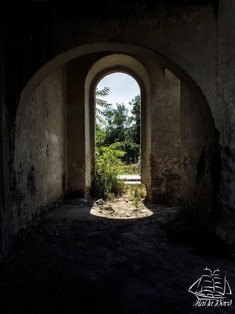 pridvor biserica ruina gostinari