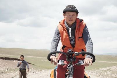 Ein junger Hirte dreht eine kleine Runde auf Jörgs Rad