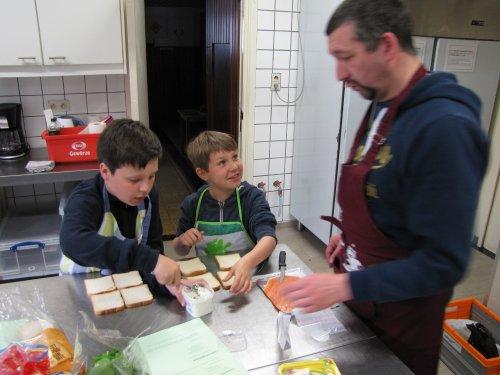 Al gauw was het jongens en meisjes apart. Valentin en Nicolas waren zelfs van Gent afgezakt om te komen koken in Gooik!