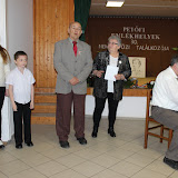 balról a versmondó iskolások, mellettük Demény Károly Sárszentlőrinc polgármestere köszönti a konferencia résztvevőit