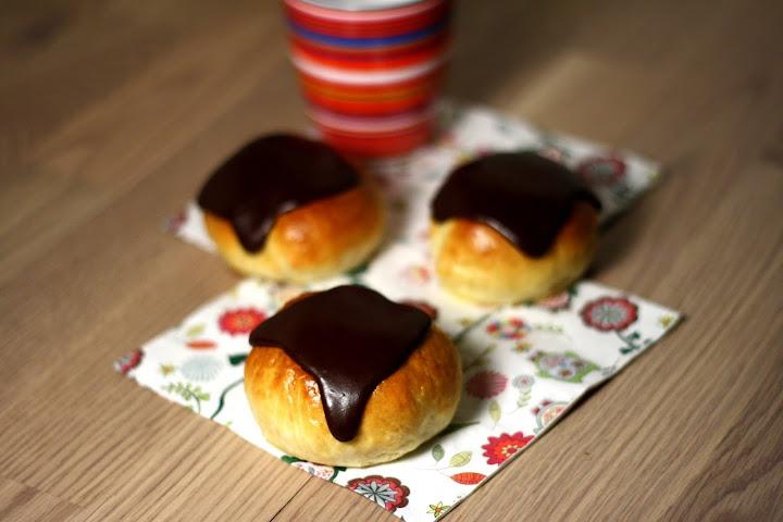 Fastelavnsboller med creme, nødder og chokolade