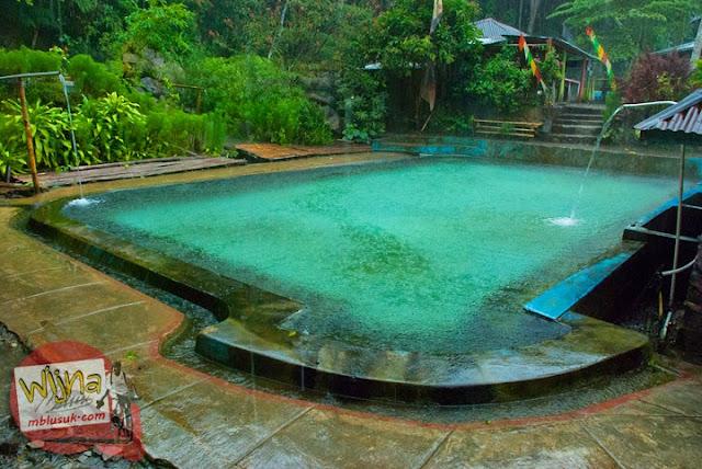 Kolam pemandian air panas di kawasan Suban Air Panas di kota Curup kabupaten Rejang Lebong, Bengkulu saat hujan