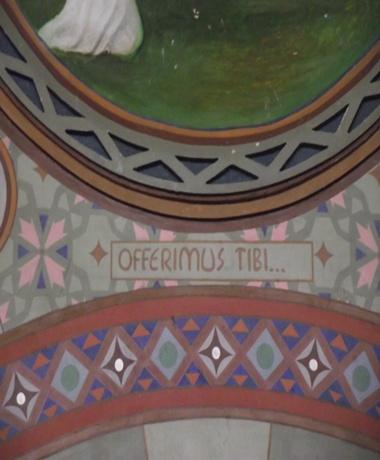 """O medalhão central refere-se ao Ofertório. A inscrição em latim """"Offerimus tibi"""" significa """"Oferecemos a ti""""."""