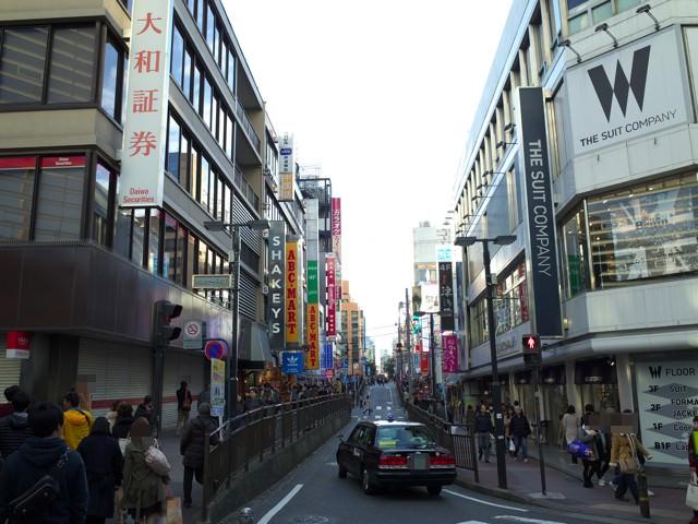 横浜駅西口から見たパルナード通りへの道