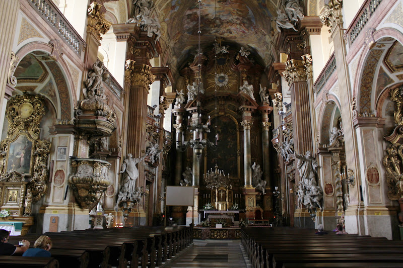 Interior de la Iglesia universitaria del sagrado nombre de Jesús