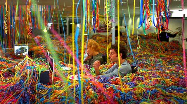 Una oficina llena de serpentinas de colores