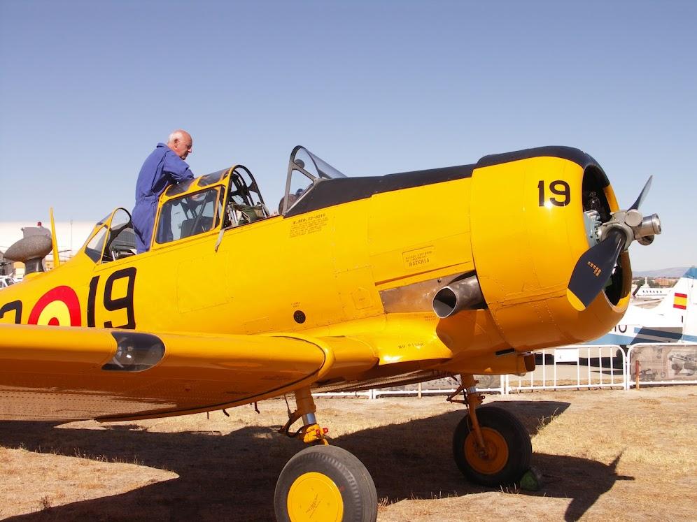 """Exhibición aerea de la Fundación """"Infante de Orleans"""". T-6+TEXAN"""