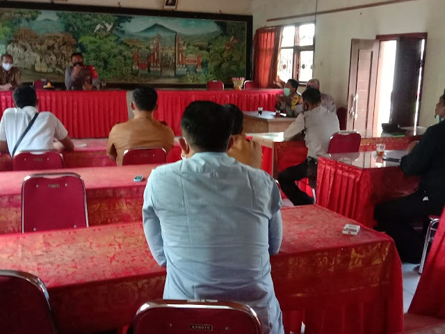 Kapolsek Tembuku bertatap Muka dgn Aparat desa Yangapi, guna mempercepat pencapaian Vaksinasi.