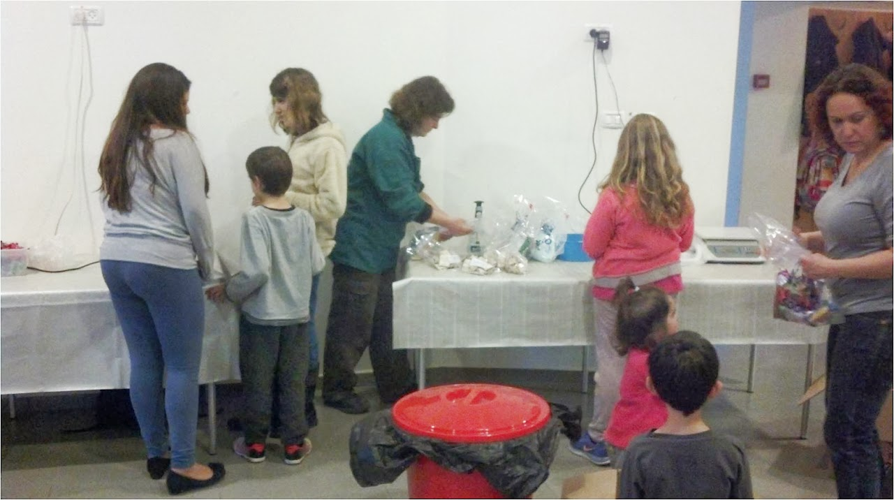 """חניכי נוע""""ם מכינים את משלוחי המנות לאזרחים הוותיקים. NOAM children are preparing the Mishloakh Manot to the senior citizens."""