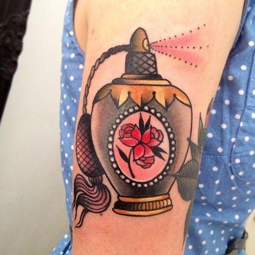 borrifada_de_perfume_braço_de_tatuagem