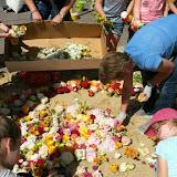 Erstkommunionkinder legen Blumenteppich für Fronleichnam 14.06.2017