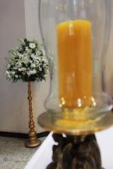 Fotos do evento Arranjos com colunas. Foto numero 28. Fotografia (fotografias) da Carla Flores, que faz decoração floral em eventos sociais e corporativos usando as mais lindas flores. Faz bouquet (buquê) de noiva, decoração de casamento, decoração de festas, decoração de 15 anos, arranjos de mesa, decoração de salão de festa, locação de mobiliário, decoração de igreja, arranjos de casamento e decoração dos mais lindos eventos. Atua em Niterói, Rio de Janeiro (RJ).