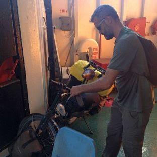 Jakob Meister auf Jakobs Fahrradreise, Valfajr-Fähre Bandar Abbas - Sharjah