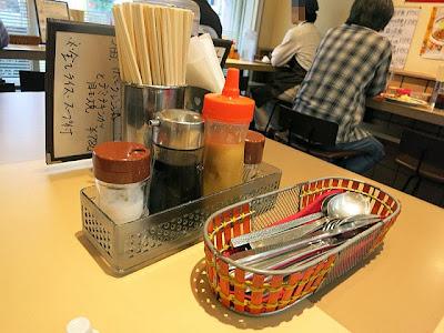 店内のテーブル席上の調味料類