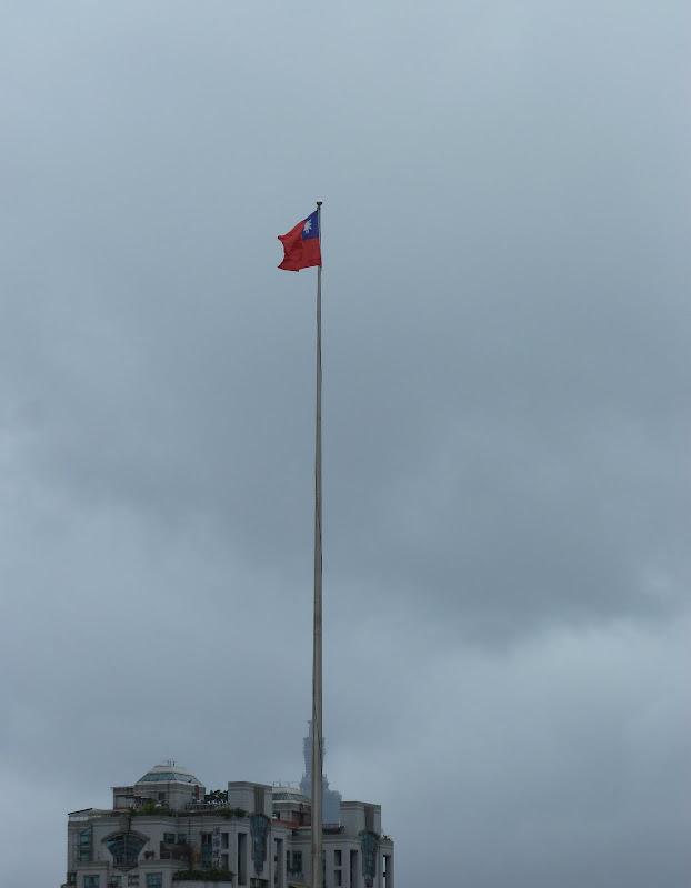 Le mat du drapeau masque le haut de Taipei 101